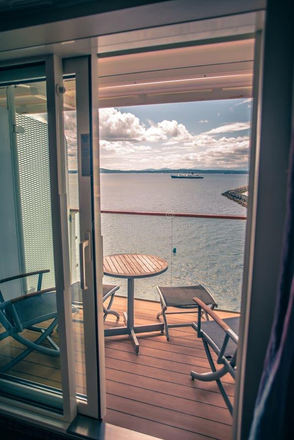 Φωτεινό δωμάτιο πολυτέλειας κρουαζιερόπλοιων με την άποψη μπαλκονιών στοκ φωτογραφία