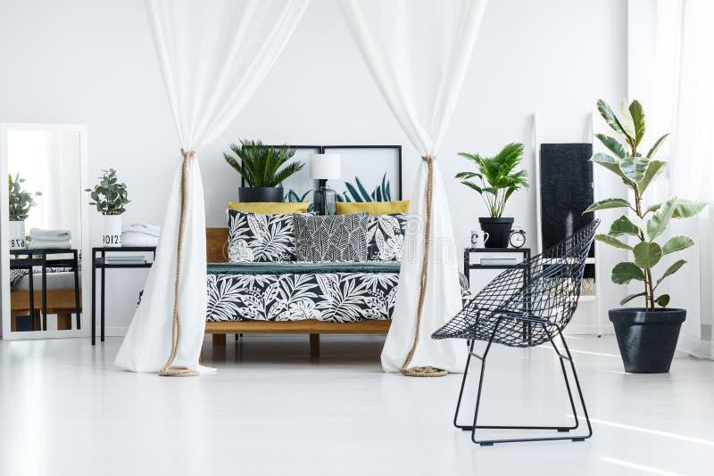 Φωτεινό εσωτερικό κρεβατοκάμαρων με την καρέκλα στοκ φωτογραφίες