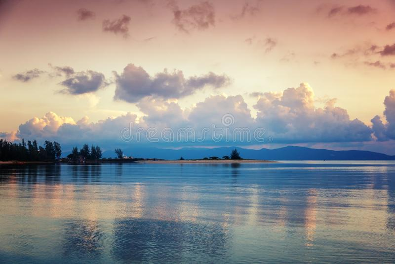 Φωτεινό ζωηρόχρωμο ζαλίζοντας ηλιοβασίλεμα σε μια τροπική παραλία στο islan στοκ εικόνα με δικαίωμα ελεύθερης χρήσης