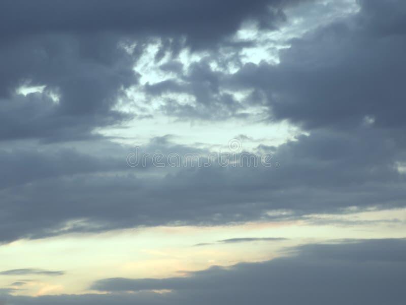 φωτεινό ζωηρόχρωμο τοπίο δραματικά σύννεφα ηλιοβασίλεμα και ανατολή dusk στοκ εικόνες