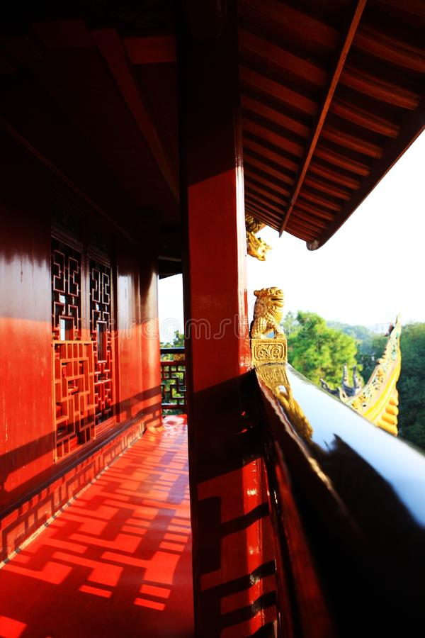 Φωτεινό κόκκινο ιστορικό κινεζικό κτήριο στοκ φωτογραφία με δικαίωμα ελεύθερης χρήσης