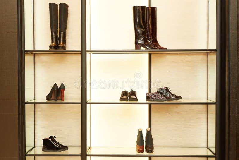 Φωτεινό μεγάλο κατάστημα παπουτσιών πολυτέλειας με τη νέα συλλογή στοκ εικόνα με δικαίωμα ελεύθερης χρήσης