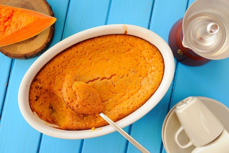 Φωτεινό πορτοκαλί souffle κολοκύθας, φέτα της κολοκύθας pfresh, coffeema στοκ φωτογραφία