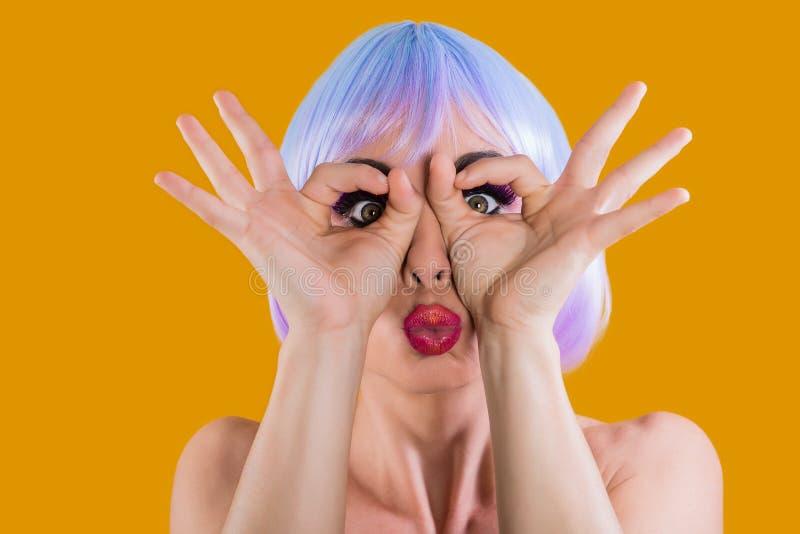 Φωτεινό πρότυπο που κάνει τα πρόσωπα στη κάμερα στοκ φωτογραφία με δικαίωμα ελεύθερης χρήσης