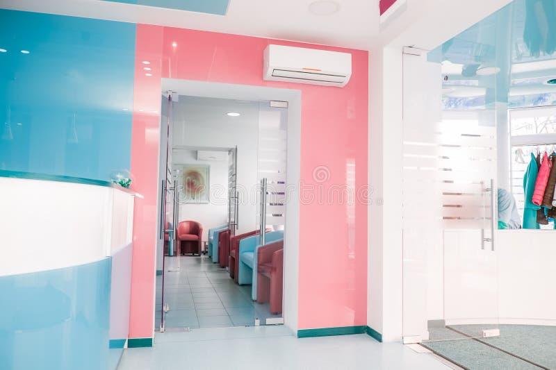 Φωτεινό σύγχρονο εσωτερικό της αίθουσας αναμονής με τις ζώνες υποδοχής και ντουλαπών Εκλεκτική εστίαση στοκ εικόνες