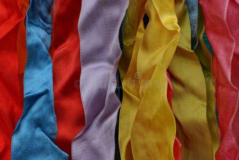 Φωτεινό υπόβαθρο ενός σωρού των χρωματισμένων κορδελλών φιαγμένων από ύφασμα στοκ φωτογραφία με δικαίωμα ελεύθερης χρήσης