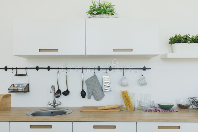 Φωτεινό υπόβαθρο κουζινών Η φωτεινή άσπρη κουζίνα Ξύλινα countertops, εσωτερική άποψη της κομψής μινιμαλιστικής κουζίνας και δειπ στοκ φωτογραφία με δικαίωμα ελεύθερης χρήσης