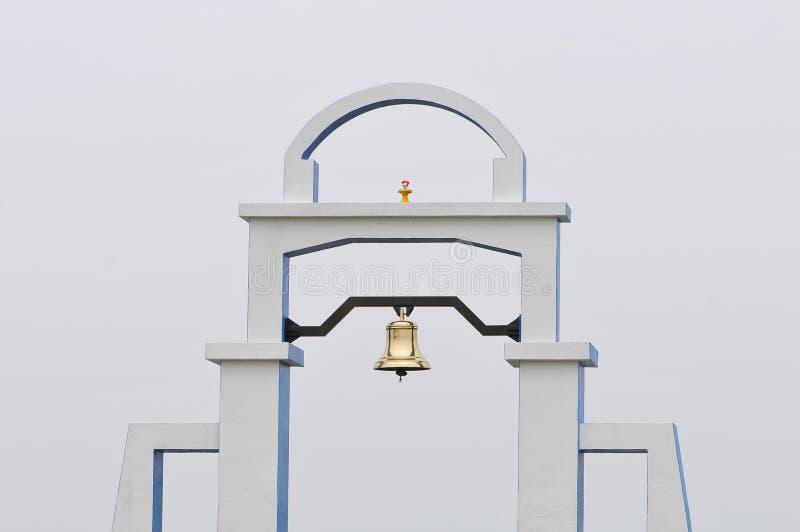 Φωτεινό χρυσό κουδούνι ειρήνης. στοκ φωτογραφίες με δικαίωμα ελεύθερης χρήσης