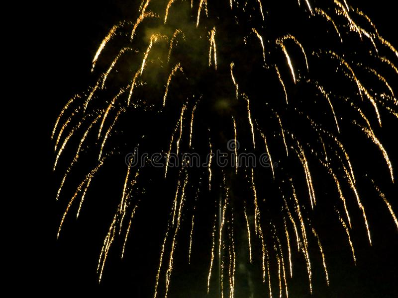 Φωτεινό χρυσό φως πυροτεχνημάτων επάνω ο νυχτερινός ουρανός στοκ φωτογραφίες