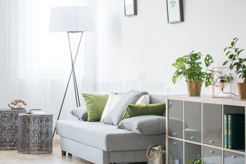 Φωτεινό δωμάτιο με τον καναπέ στοκ φωτογραφία