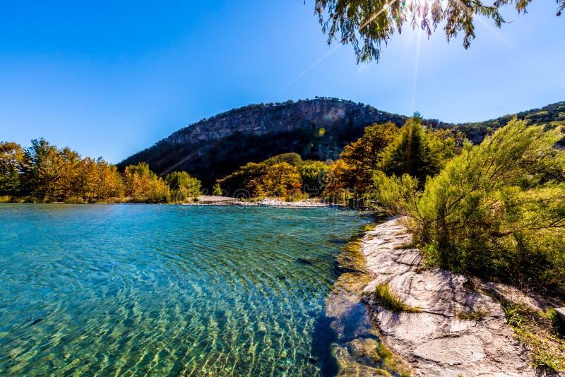 Φωτεινό όμορφο φύλλωμα πτώσης στο κρύσταλλο - σαφής ποταμός Frio στοκ φωτογραφία με δικαίωμα ελεύθερης χρήσης