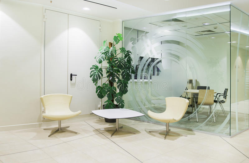 Φωτεινό minimalistic εσωτερικό γραφείων στοκ φωτογραφία με δικαίωμα ελεύθερης χρήσης