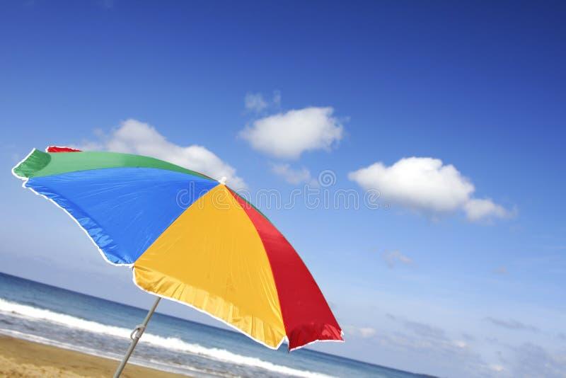 φωτεινό parasol παραλιών στοκ εικόνα με δικαίωμα ελεύθερης χρήσης