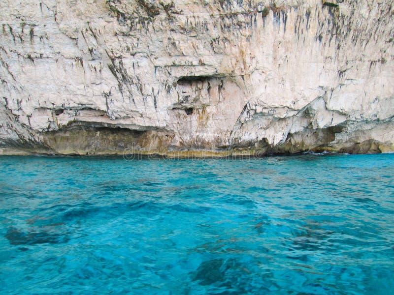 Φωτεινό rockwall, φωτεινό μπλε νερό στοκ εικόνα με δικαίωμα ελεύθερης χρήσης