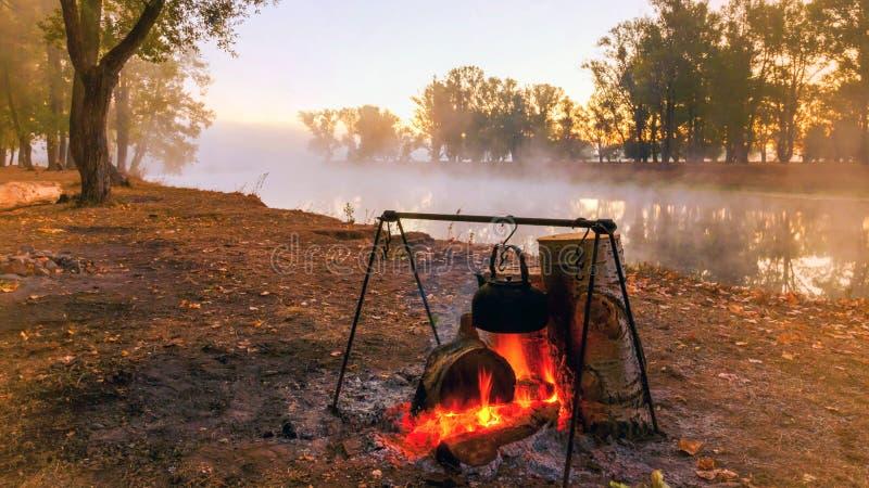 Φωτιά δίπλα στο ποτάμι σε ένα ομιχλώδες πρωινό στοκ φωτογραφία με δικαίωμα ελεύθερης χρήσης