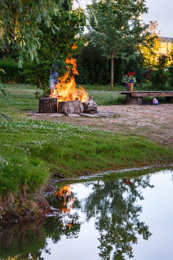Φωτιά με τους μεγάλους ξύλινους φραγμούς σε το στοκ φωτογραφία
