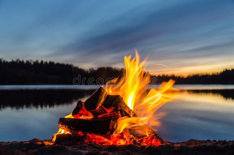 Φωτιά στην άμμο παραλιών στοκ εικόνες