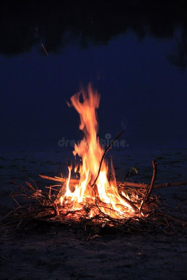 Φωτιά στις τράπεζες του Dnieper στοκ φωτογραφία