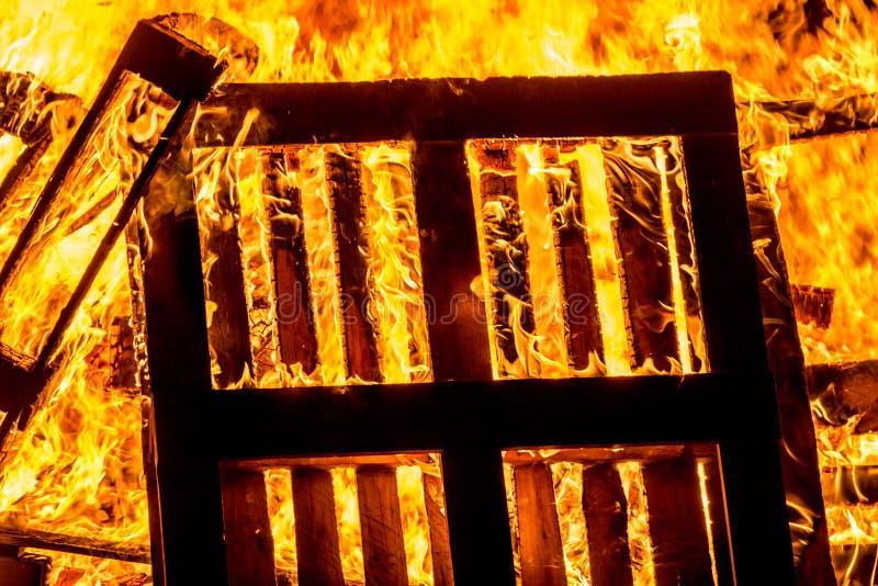 Φωτιά των ξύλινων παλετών στοκ εικόνα με δικαίωμα ελεύθερης χρήσης