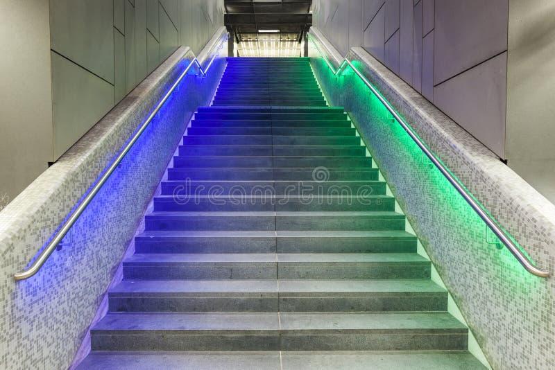 Φωτισμένα βήματα στο σταθμό τρένου κατά τη διάρκεια Luminale στο Frank στοκ εικόνες