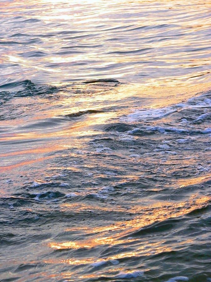 Φωτισμένα κύματα, επιφάνεια νερού στοκ εικόνες με δικαίωμα ελεύθερης χρήσης
