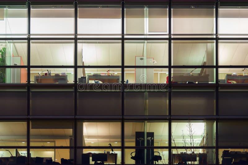 Γραφείο από τα παράθυρα τή νύχτα στοκ φωτογραφία με δικαίωμα ελεύθερης χρήσης