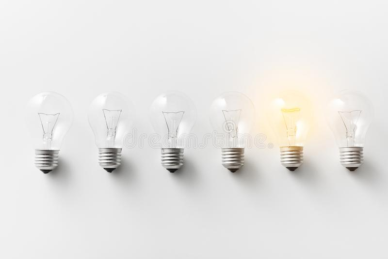 Φωτισμένη λάμπα φωτός στη σειρά αμυδρών στοκ φωτογραφίες