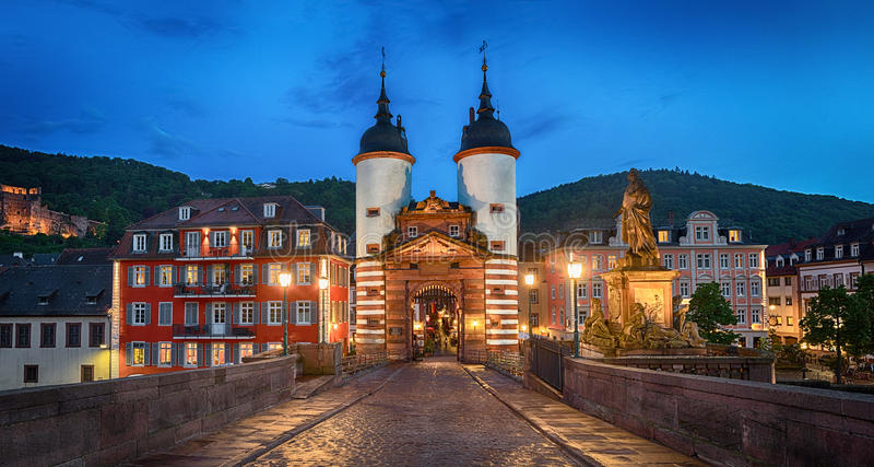 Φωτισμένη παλαιά πύλη γεφυρών στη Χαϋδελβέργη, Γερμανία στοκ φωτογραφία με δικαίωμα ελεύθερης χρήσης