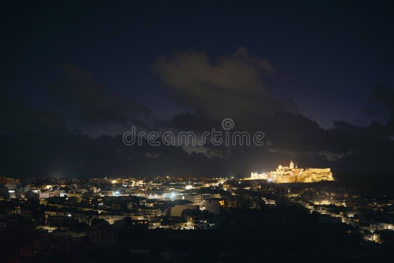 Φωτισμένη πόλη τη νύχτα σε Gozo στοκ εικόνα