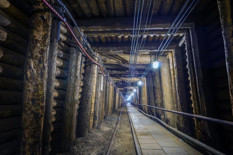 Φωτισμένη υπόγεια σήραγγα στο παλαιό ορυχείο στοκ εικόνα με δικαίωμα ελεύθερης χρήσης