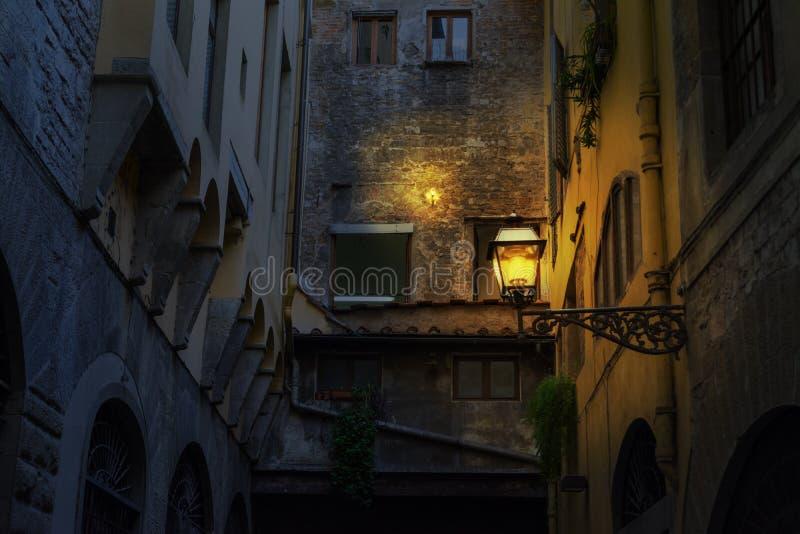 Φωτισμένος λαμπτήρας σε μια αγροτική γωνία στη Φλωρεντία τη νύχτα στοκ φωτογραφία