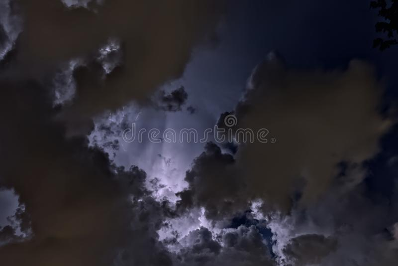 Φωτισμένος νεφελώδης νυχτερινός ουρανός στοκ εικόνες με δικαίωμα ελεύθερης χρήσης