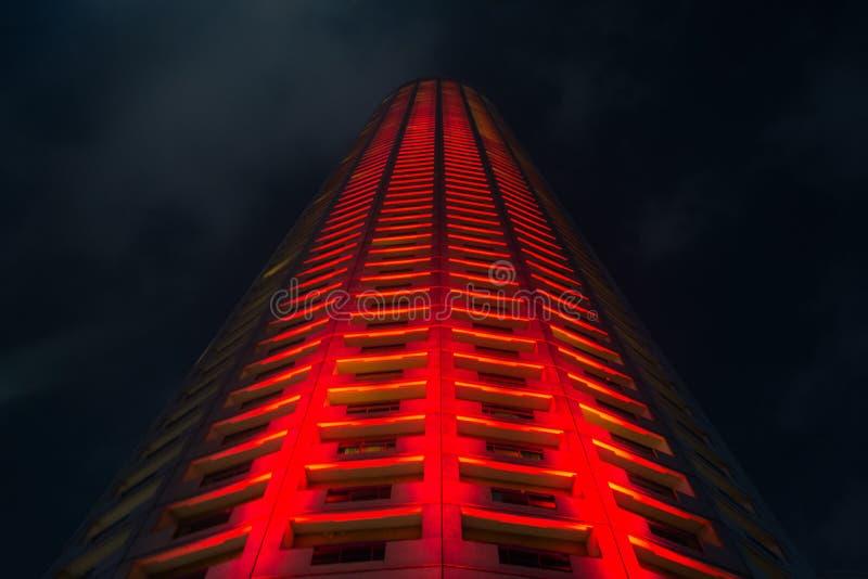 Φωτισμένος ουρανοξύστης τη νύχτα στη Σιγκαπούρη στοκ εικόνες με δικαίωμα ελεύθερης χρήσης