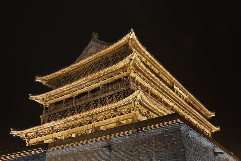 Φωτισμένος πύργος τυμπάνων στον αρχαίο τοίχο πόλεων τη νύχτα, Xian, επαρχία Shanxi, Κίνα στοκ εικόνες