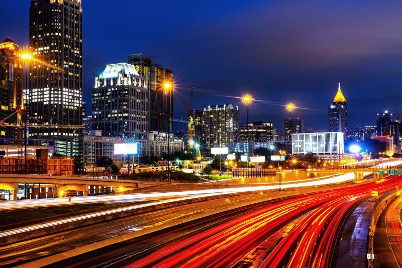 Φωτισμένος της περιφέρειας του κέντρου στην Ατλάντα, ΗΠΑ τη νύχτα Κυκλοφορία αυτοκινήτων στοκ φωτογραφία με δικαίωμα ελεύθερης χρήσης