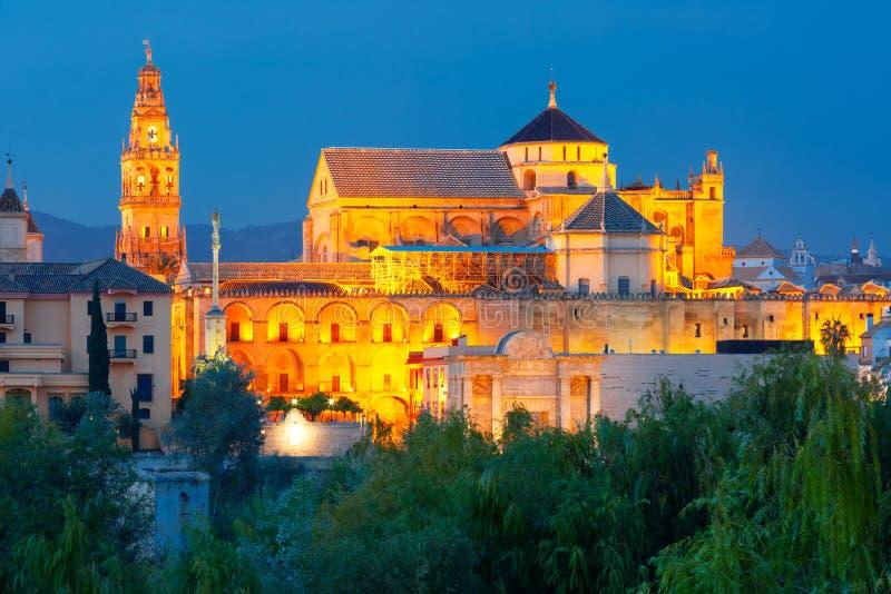 Φωτισμένο μεγάλο μουσουλμανικό τέμενος Mezquita, Κόρδοβα, Ισπανία στοκ εικόνες