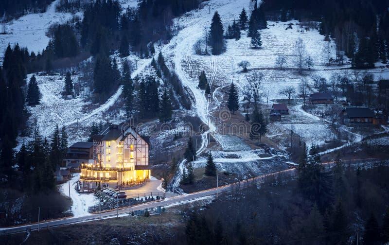 Φωτισμένο ξενοδοχείο χιονώδες mountainside στοκ εικόνα