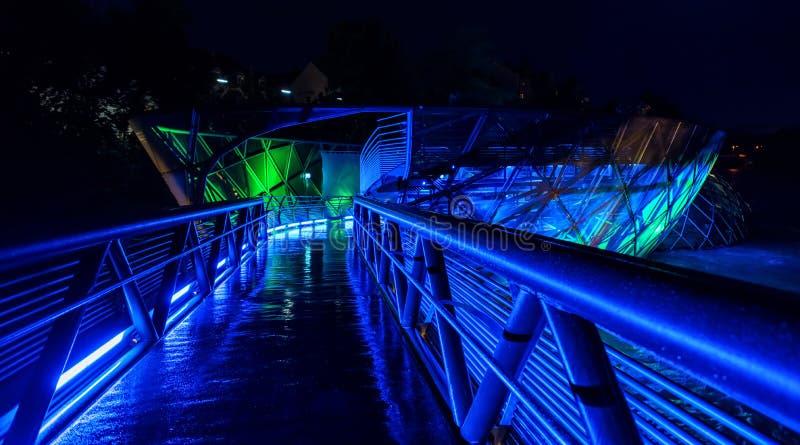 Φωτισμένο τεχνητό νησί Murinsel στον ποταμό MUR στο Γκραζ, σκηνή νύχτας, Αυστρία στοκ εικόνες με δικαίωμα ελεύθερης χρήσης