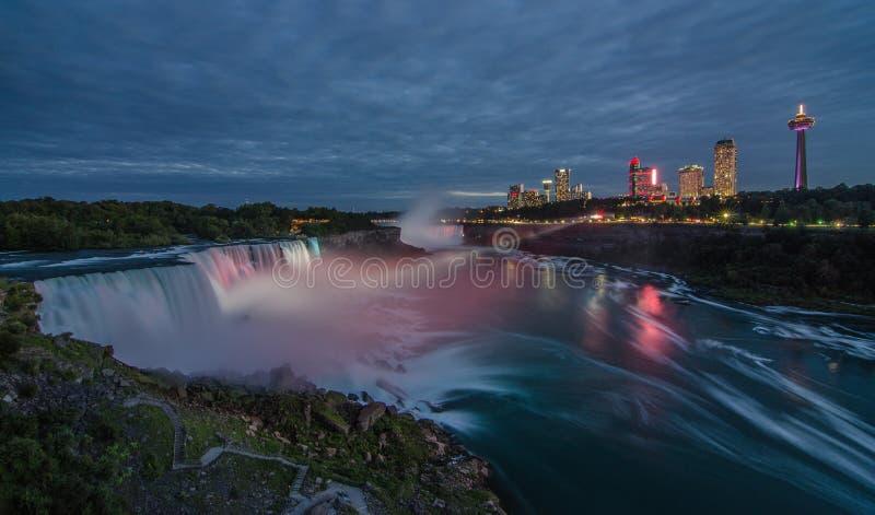 Φωτισμένο Niagara πέφτει τη νύχτα στοκ εικόνα με δικαίωμα ελεύθερης χρήσης