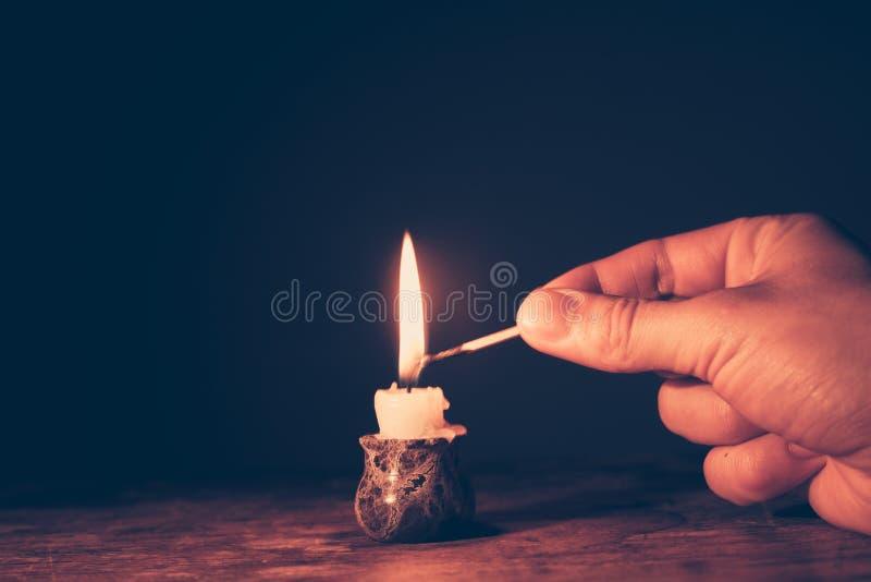Φωτισμός ενός κεριού στοκ εικόνες