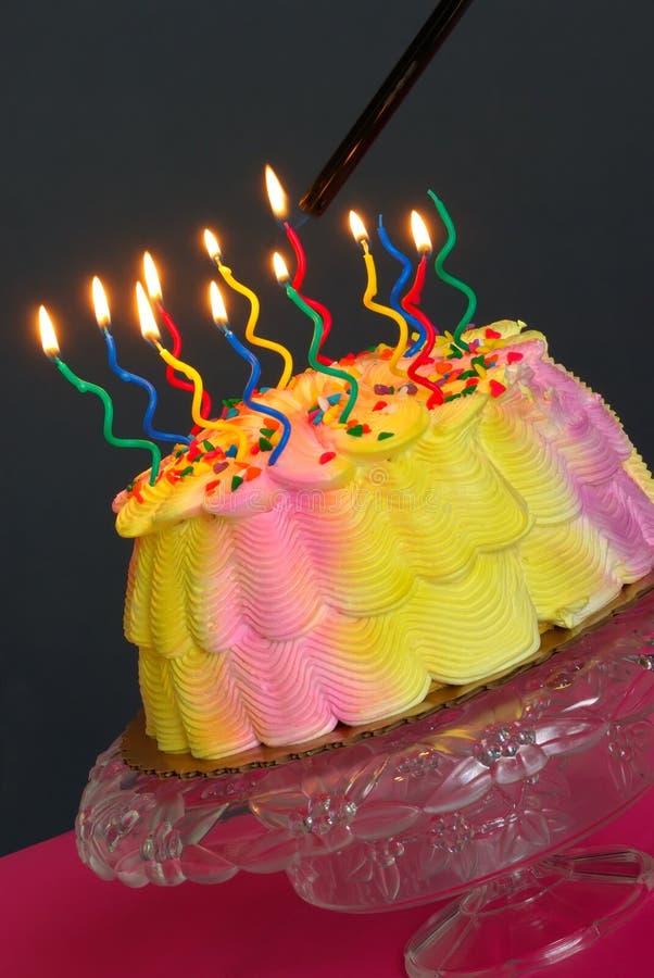 φωτισμός κέικ γενεθλίων στοκ φωτογραφία με δικαίωμα ελεύθερης χρήσης