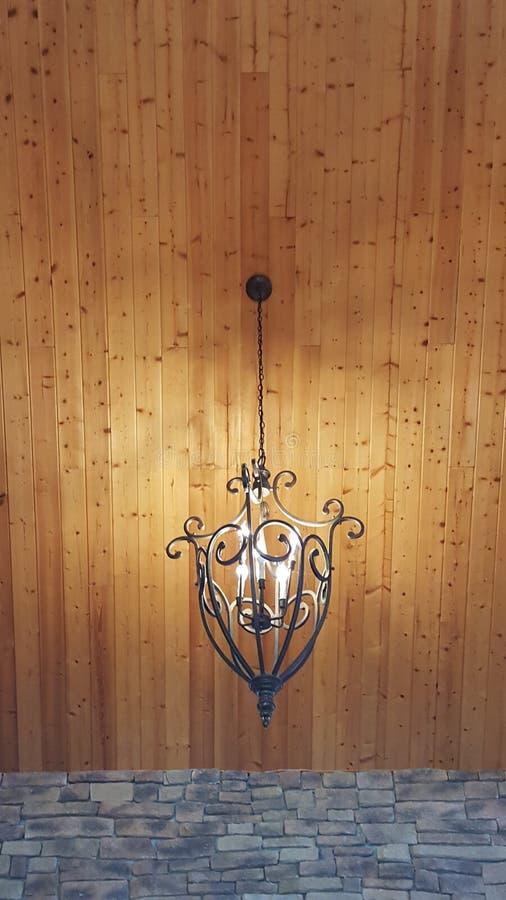 Φωτισμός κρεμαστών κοσμημάτων επεξεργασμένου σιδήρου στοκ εικόνες με δικαίωμα ελεύθερης χρήσης