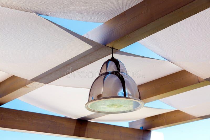 Φωτισμός λαμπτήρων κρεμαστών κοσμημάτων χρωμίου σιδήρου στα gazebos στεγών στοκ εικόνες