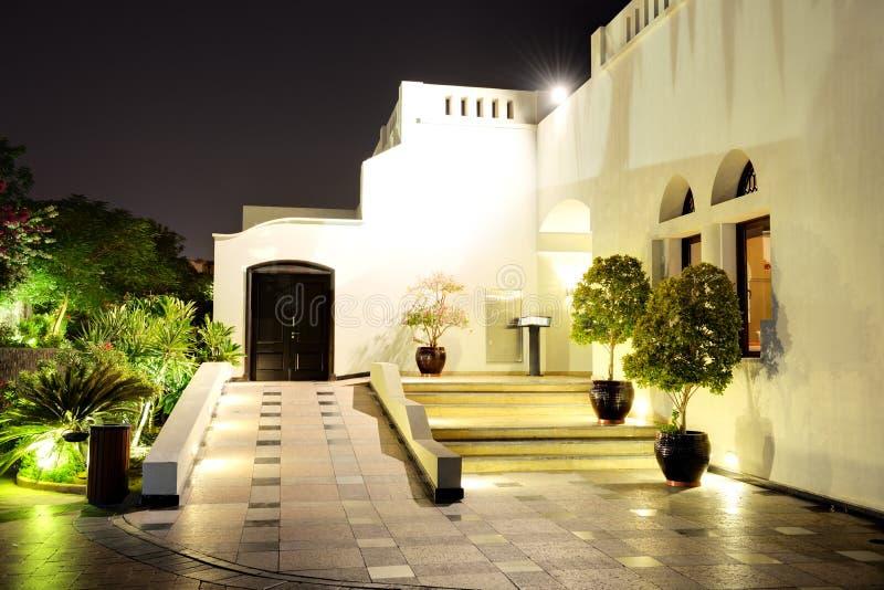 Φωτισμός νύχτας του εστιατορίου στο ξενοδοχείο πολυτελείας στοκ εικόνα