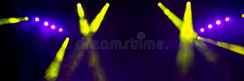 Φωτισμός σκηνών στη συναυλία νύχτας μιας ορχήστρας ροκ στοκ εικόνα