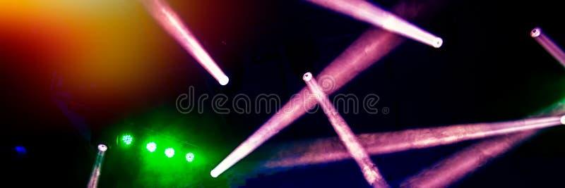 Φωτισμός σκηνών στη συναυλία νύχτας μιας ορχήστρας ροκ στοκ εικόνα με δικαίωμα ελεύθερης χρήσης