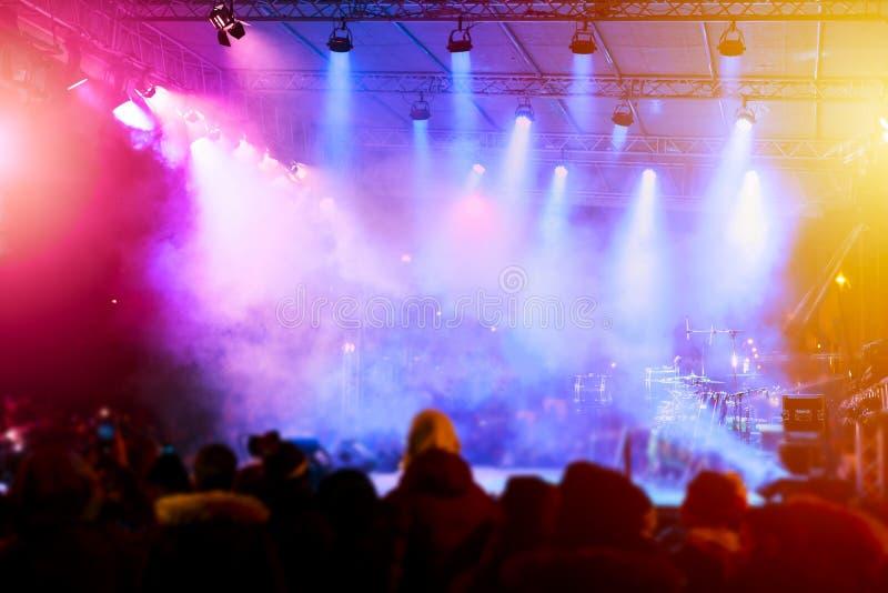 Φωτισμός συναυλίας ψυχαγωγίας Defocused στη σκηνή στοκ εικόνες