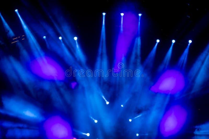 Φωτισμός συναυλίας ψυχαγωγίας Defocused στη σκηνή στοκ φωτογραφία