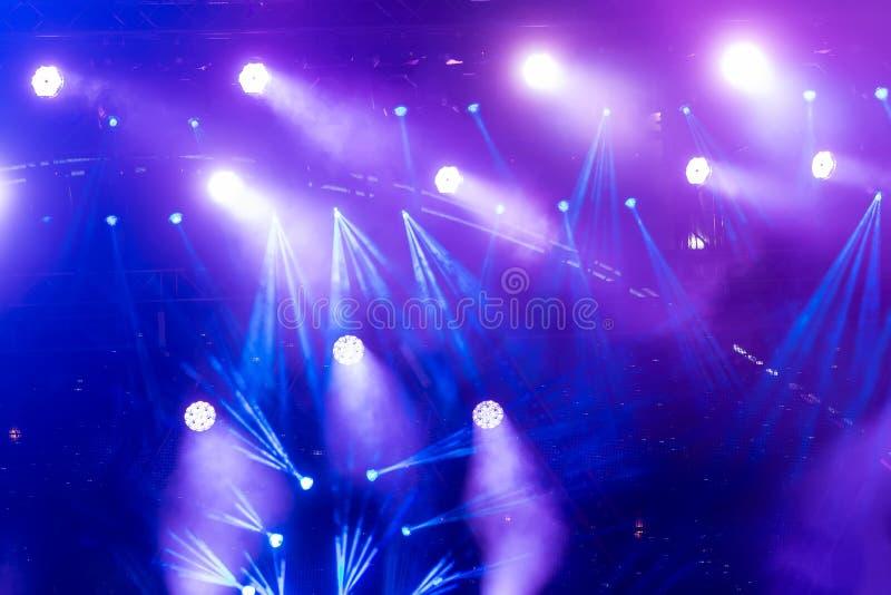 Φωτισμός συναυλίας ψυχαγωγίας Defocused στη σκηνή στοκ φωτογραφίες