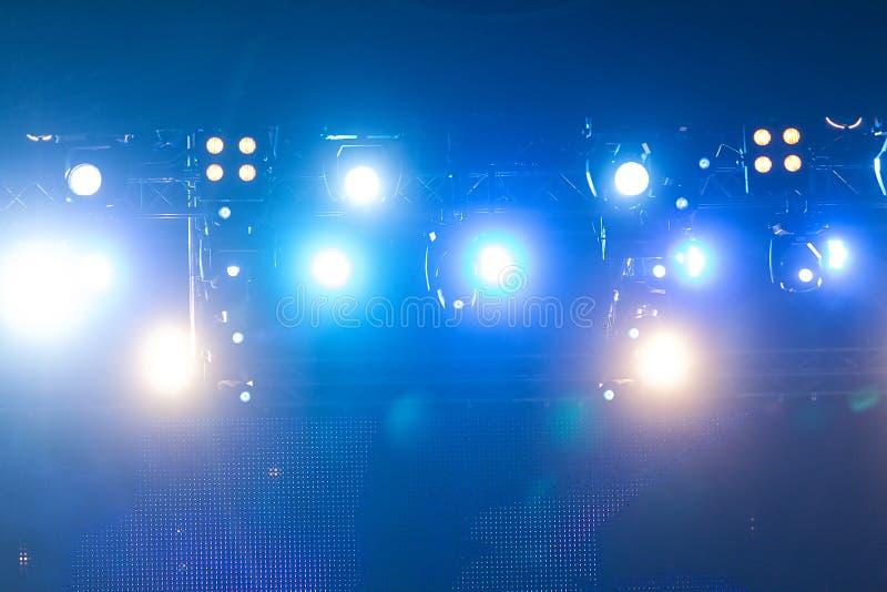 Φωτισμός συναυλίας ψυχαγωγίας Defocused στη σκηνή, bokeh στοκ φωτογραφία με δικαίωμα ελεύθερης χρήσης